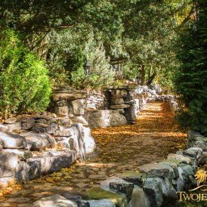 Jak zaprojektować ogród przed domem – ściana zielona z drzew – wysokie, duże drzewa, krzewy, tuje